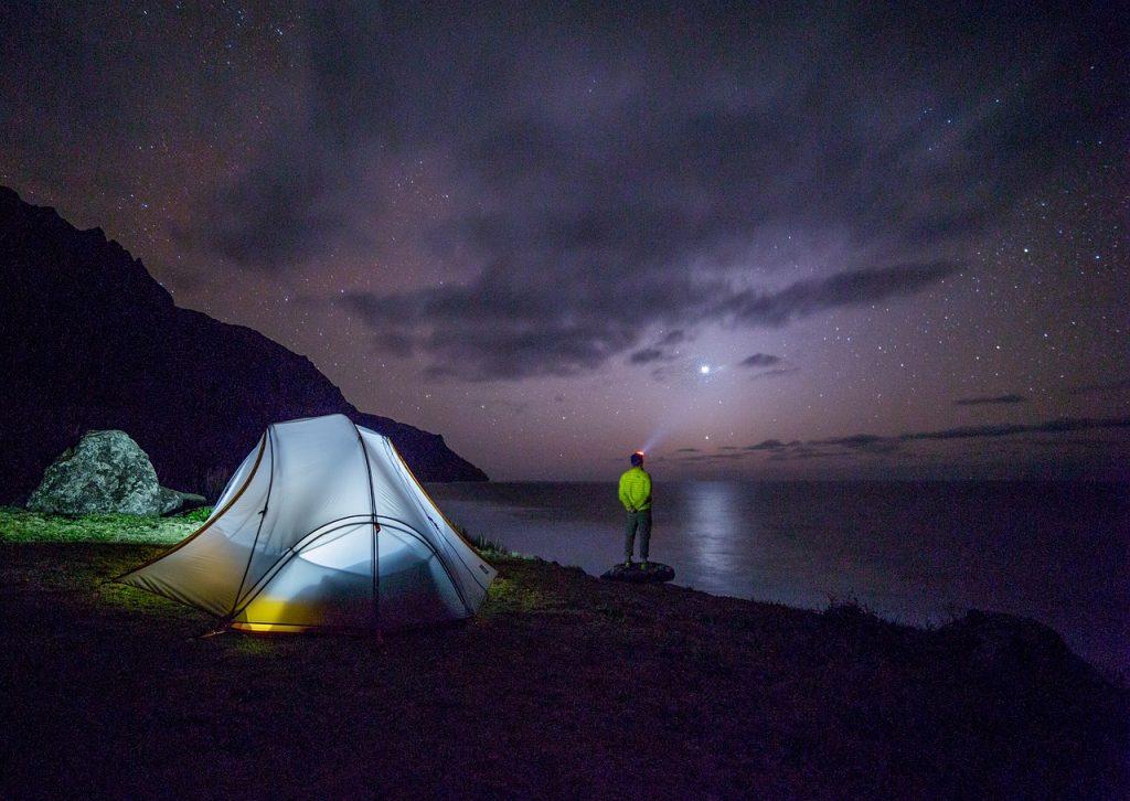 excursionista observando el cielo estrellado