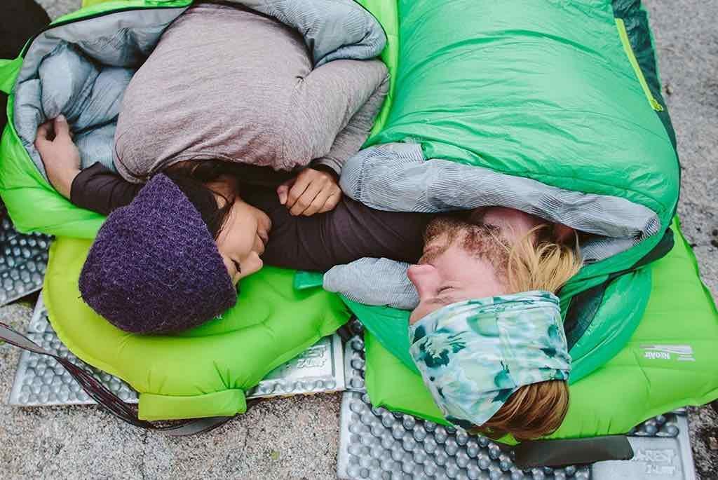 Pareja durmiendo sobre colchón hinchable thermarest z lite