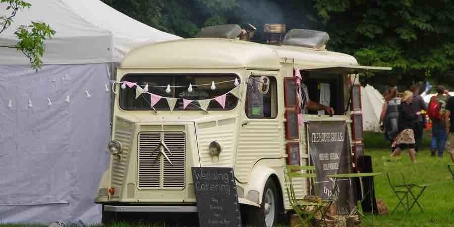 Food truck con tienda de campaña