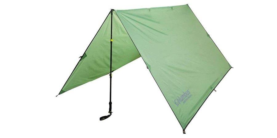Refugio con tarp ligero y bastones de trekking